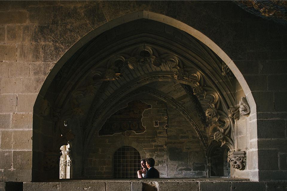 pareja-arco-monasterio-san-juan-de-la-peña-fotografia-boda-huesca