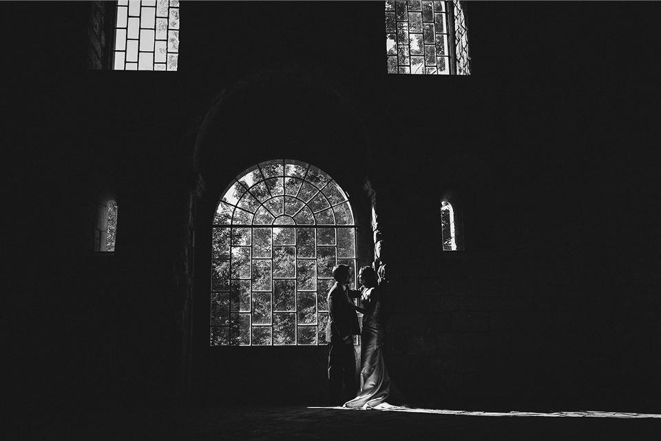 pareja-ventana-monasterio-fotografia-boda-huesca